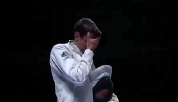 Imre Géza itt a boldogságtól fogja a fejét, mert világbajnok lett, az olimpián az ezüst miatt bújhatott a tenyere mögé, pedig emelt fővel kell majd viselni a büszke ezüstöt